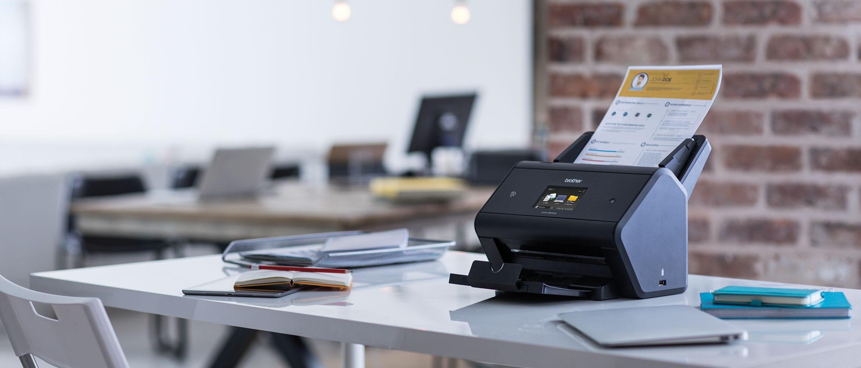ADS-3600W skener v kancelárii s dokumentom vnútri