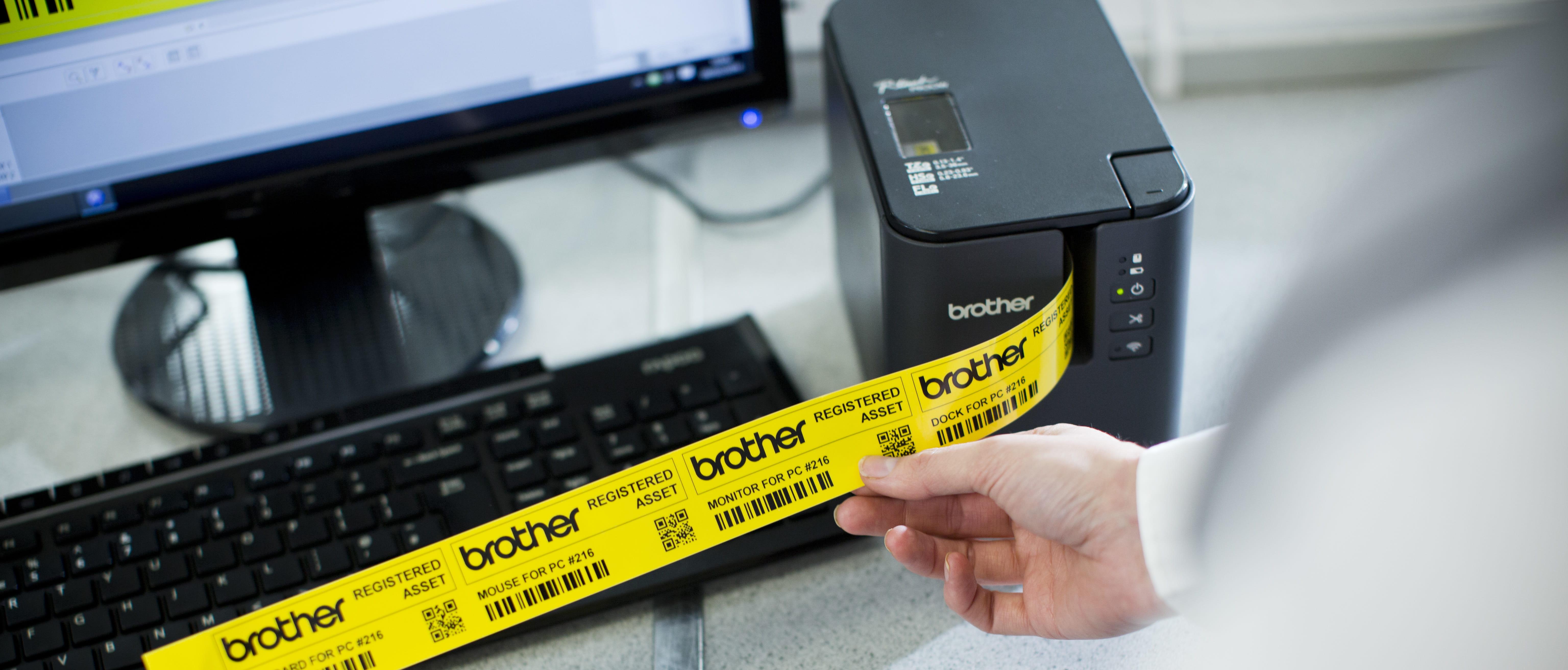 P-touch P900W tlačiareň so žltým vytlačeným štítkom