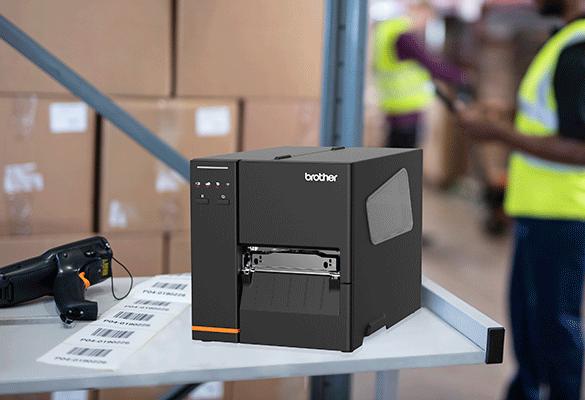 TJ-4020TN na pracovnom stole v sklade spolu so skenerom a štítkami
