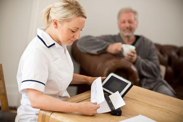 zdravotná sestra tlačiaca dokumenty