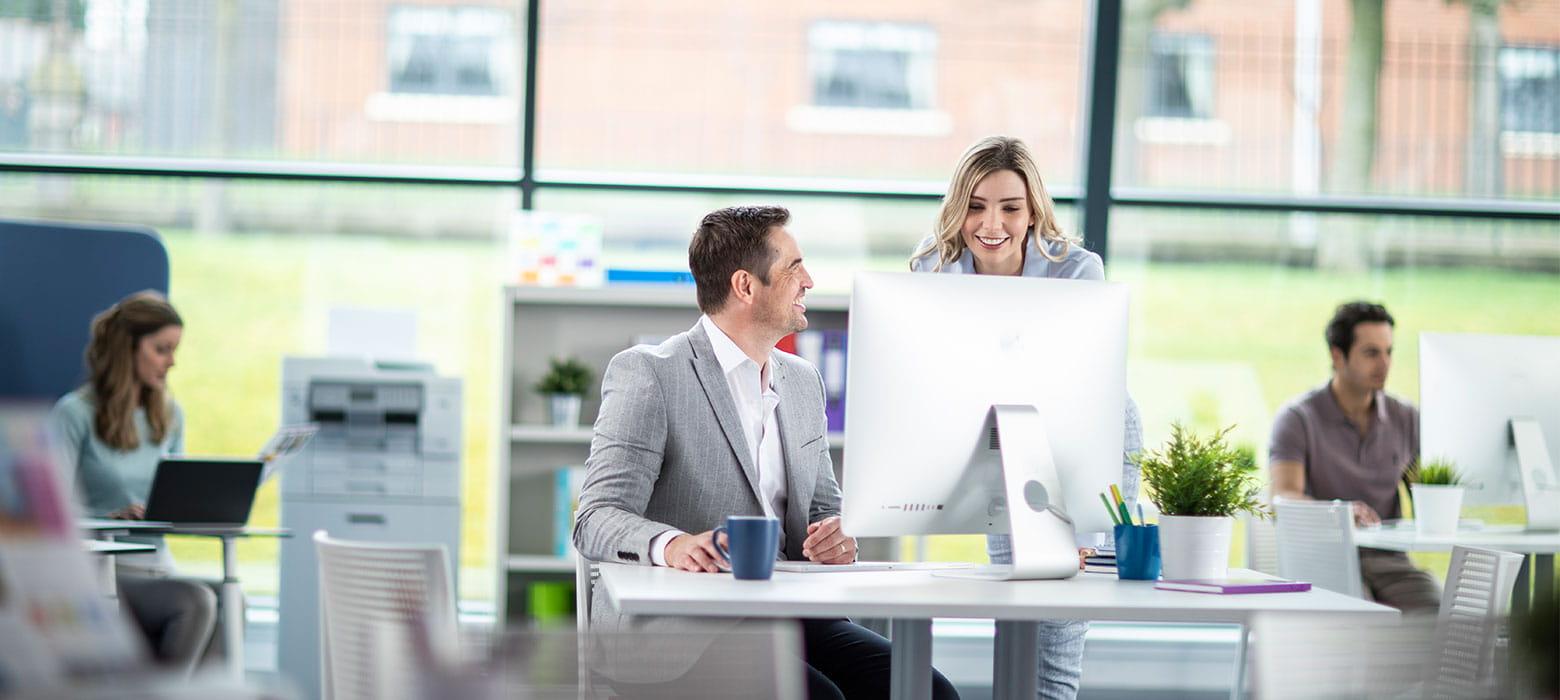 Obrázok otvorenej kancelárie s pracovníkmi