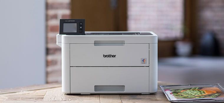 farebná laserová tlačiareň Brother HL-L3270CDW na drevenom stole