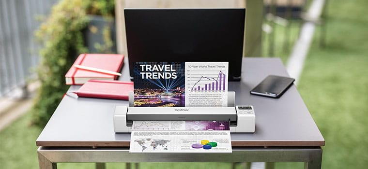 prenosný skener Brother DS-620 na stole skenujúci farebný dokument