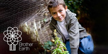 Chlapec v prírode s logom Brother Earth