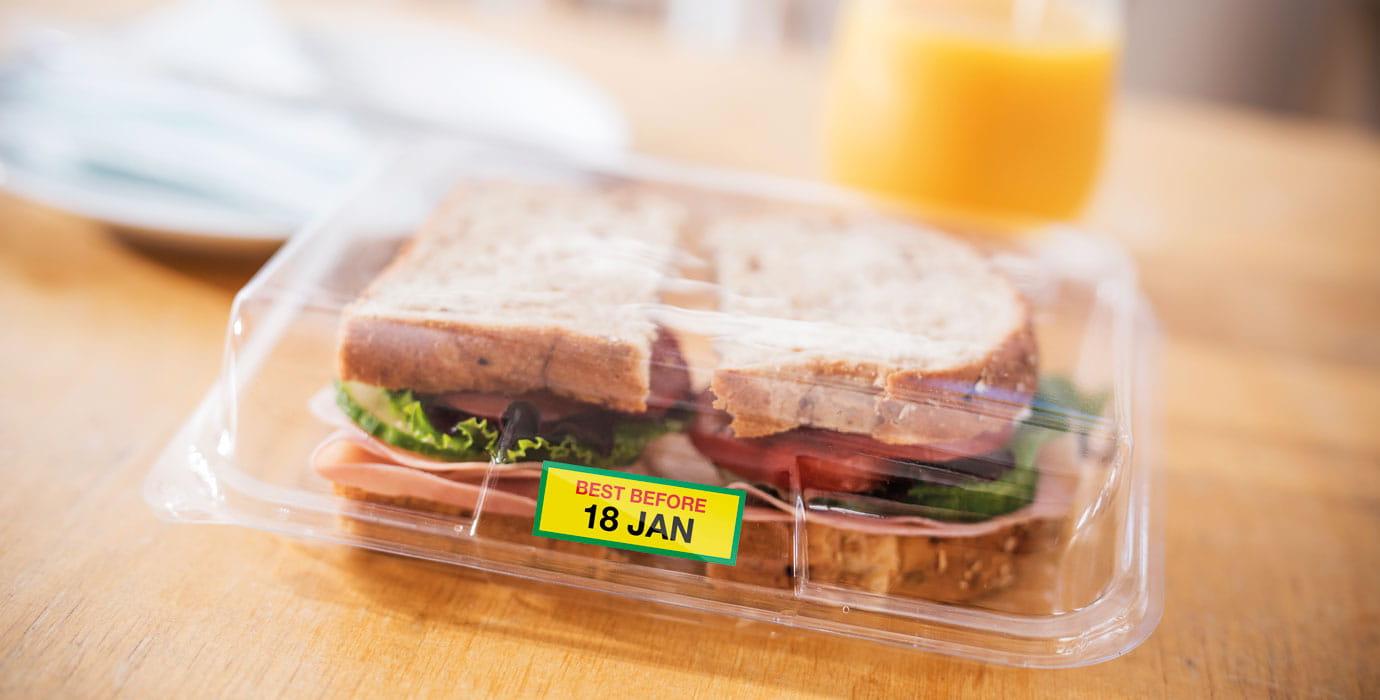 balený sendvič označený štítkom vytlačeným na tlačiarni Brother VC-500W