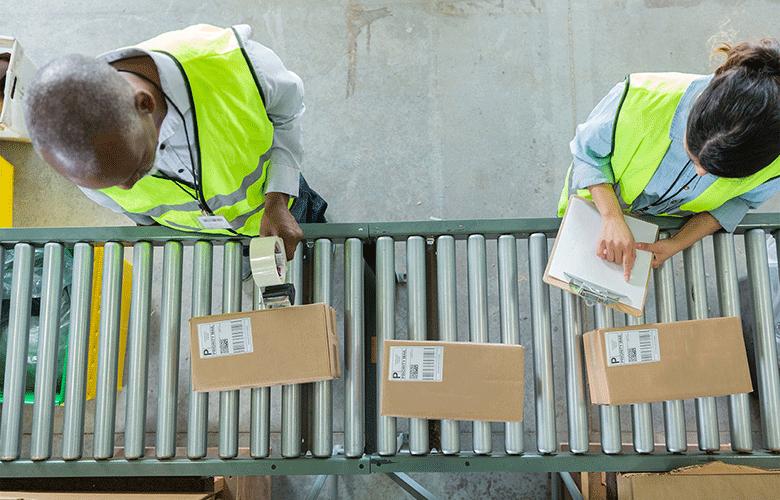 muž a žena označujúci krabice štítkami