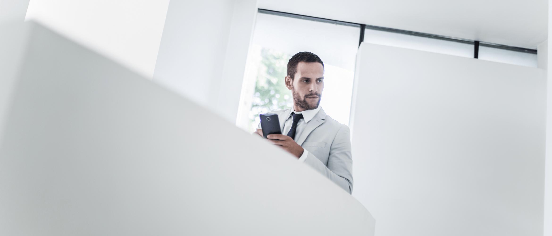 Muž s mobilným telefónom v ruke