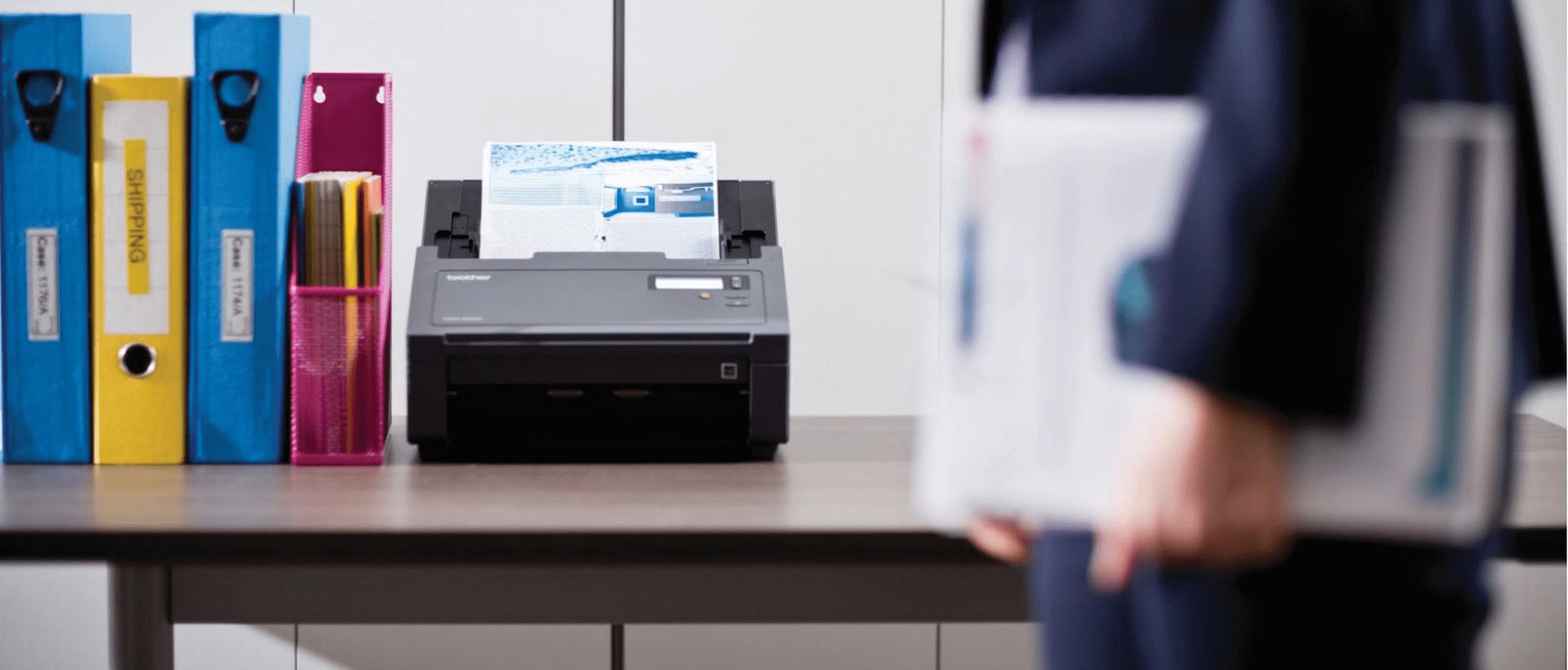 Stolný skener na poličke