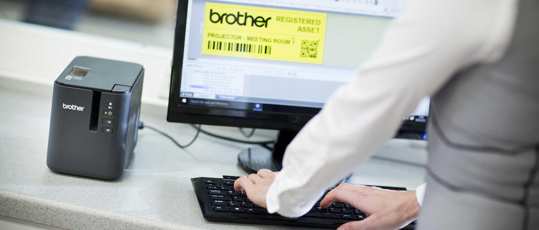 Brother PT-P900 model umiestnený na stole