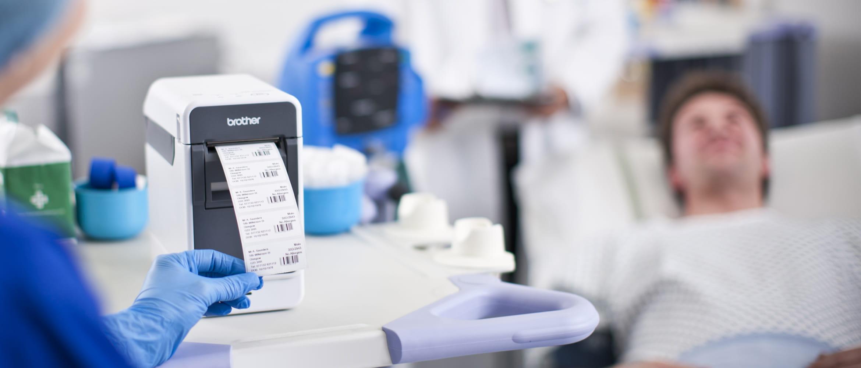 Zdravotná sestra tlačí štítky na nemocničnej izbe