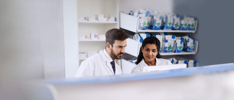 Lekárnici za okienkom lekárne