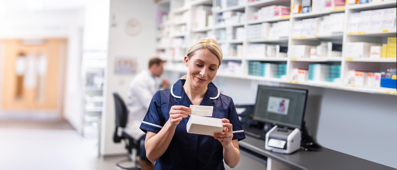 Lekárnička v lekárni označujúca krabičku s liekmi