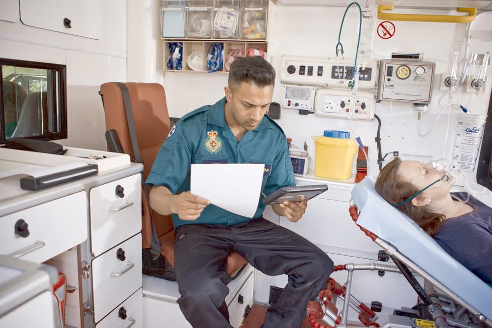 Záchranár pracuje na tablete s prenosnou tlačiarňou Brother PJ7