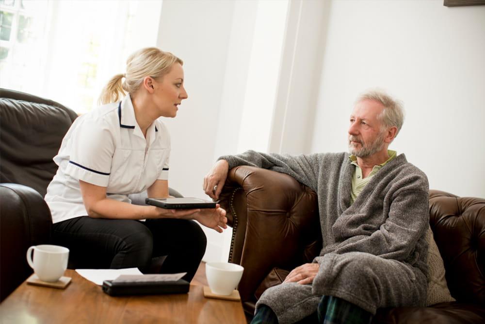 Domáca ošetrovateľka sa rozpráva s pacientom