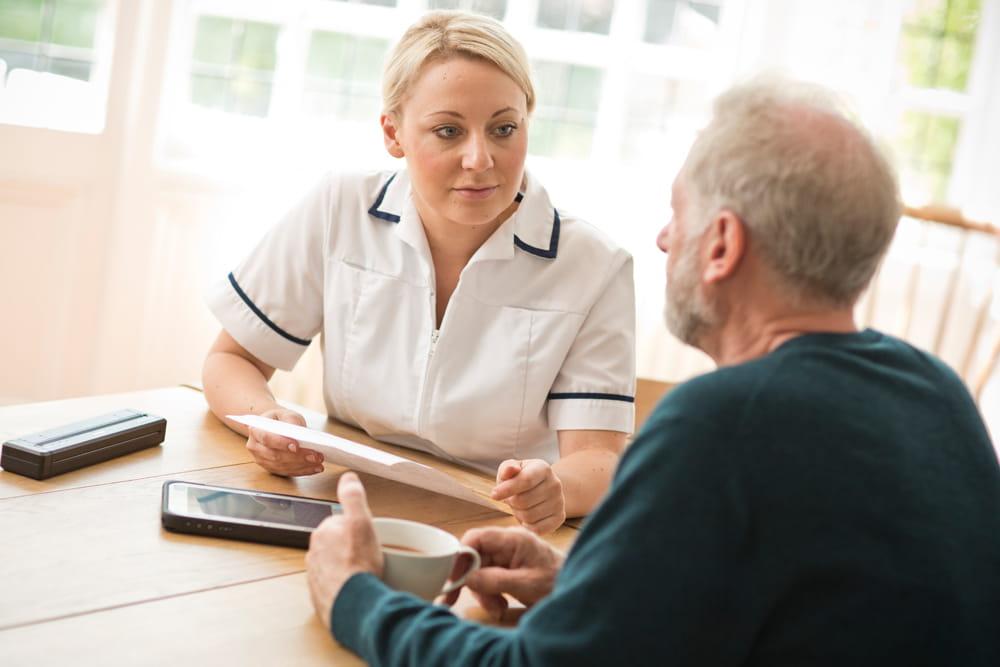 Ošetrovateľ sa rozpráva s pacientom v domácom prostredí