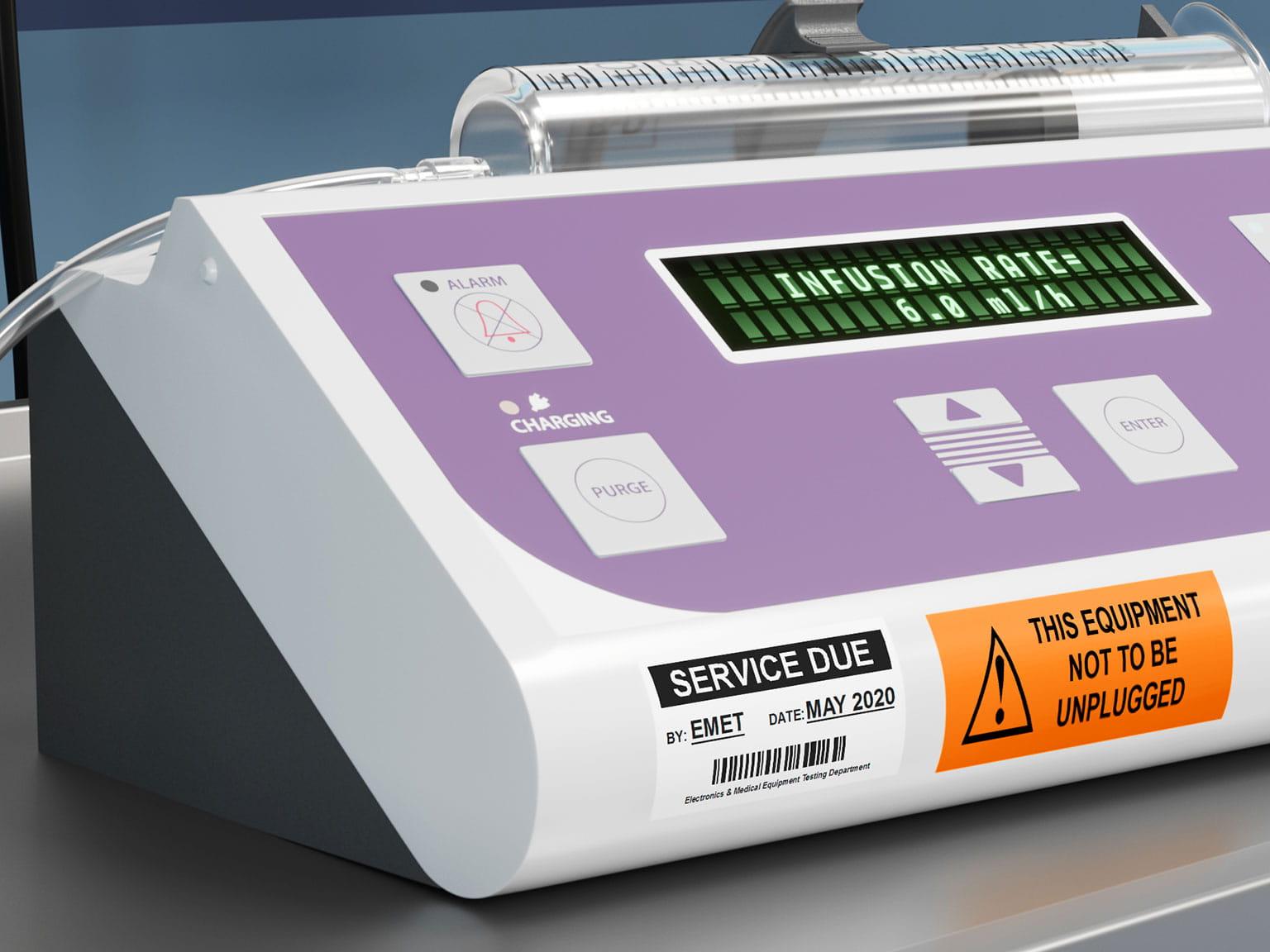 Servisné informácie na laminovanom štítku Brother P-touch TZe nalepenom na  riadiacom paneli