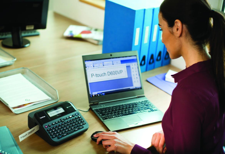 PT-D600 tlačiareň štítkov v kancelárii