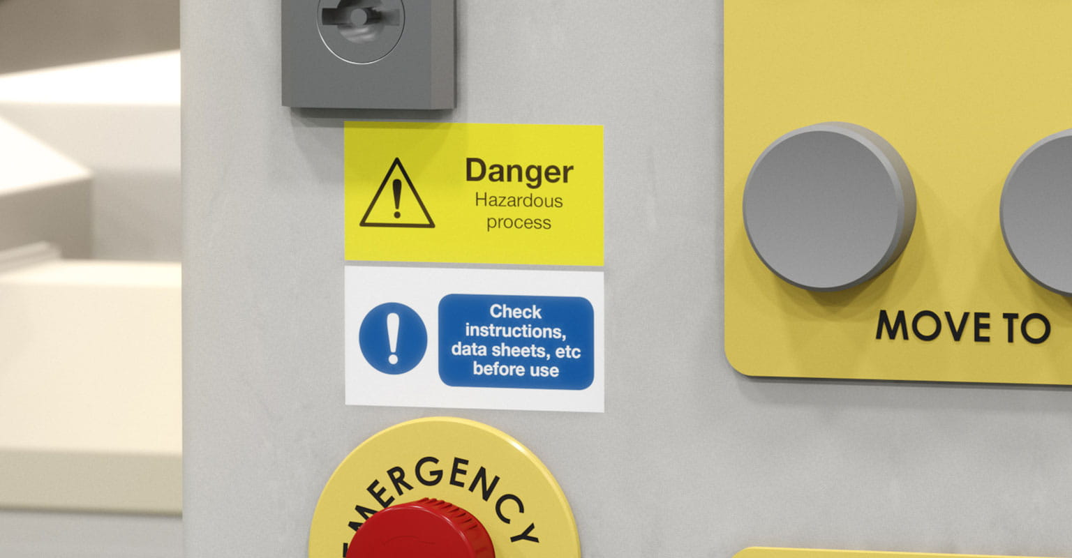 Výstražné štítky nalepené na zariadení