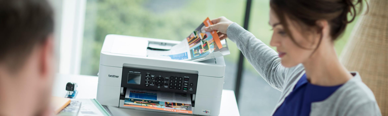 Žena vyberá farebný dokument z tlačiarne