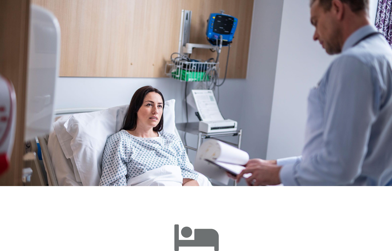 Pacientka v nemocničnej posteli, lekár hľadí na poznámky pacienta, sivá ikona nemocničnej postele