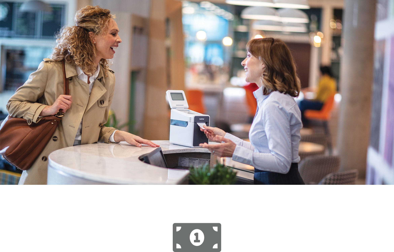 Žena pri pokladni obsluhujúca zákazníčku