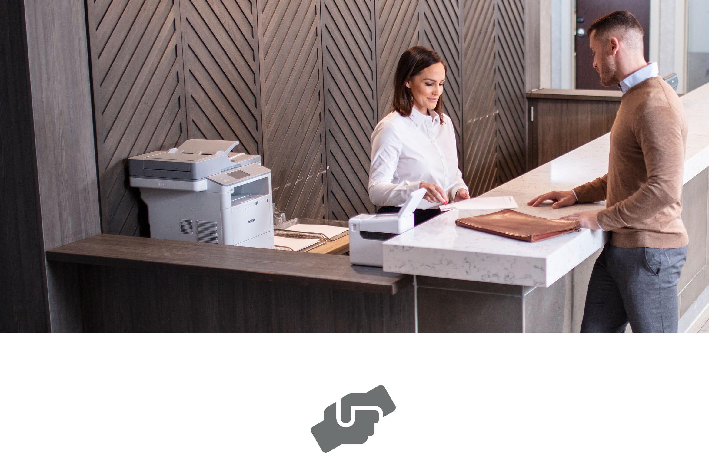 Zákazník získava pomoc zo zákazníckych služieb, laserová tlačiareň a tlačiareň štítkov pri pulte
