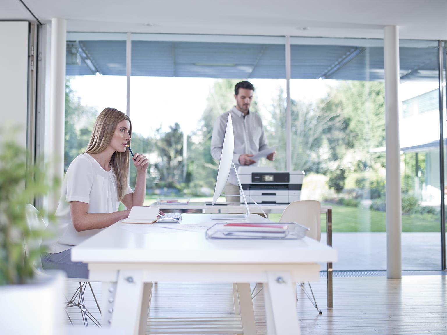 Muž a žena v kancelárii
