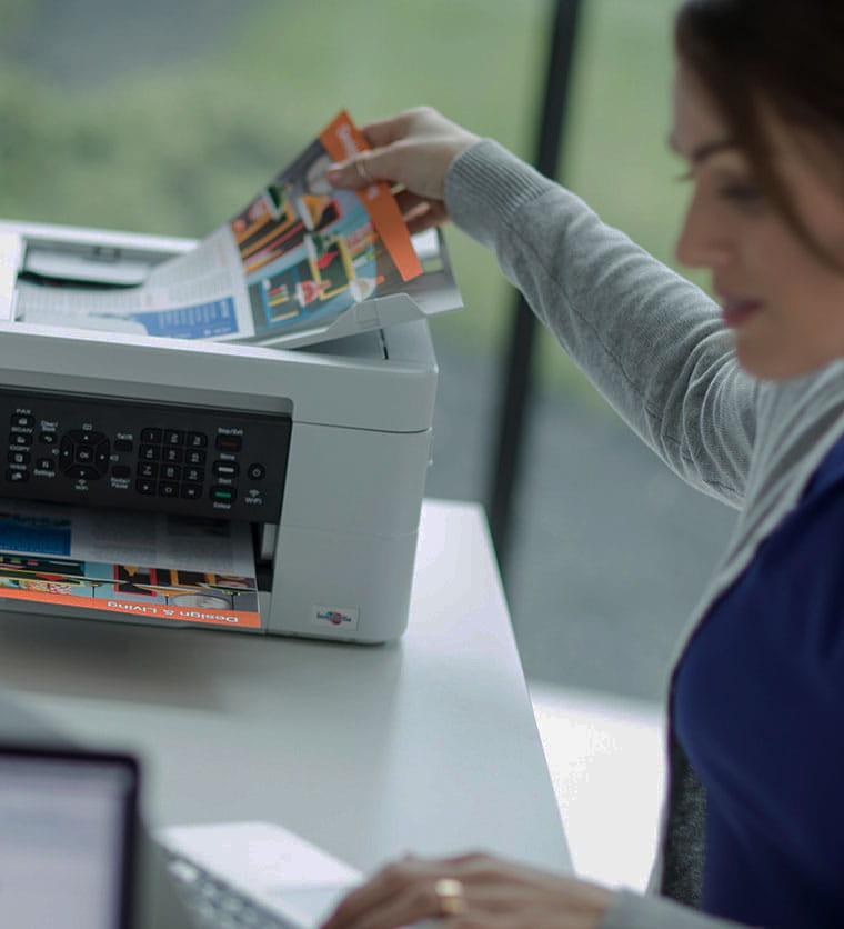 Žena vyberá dokument z tlačiarne