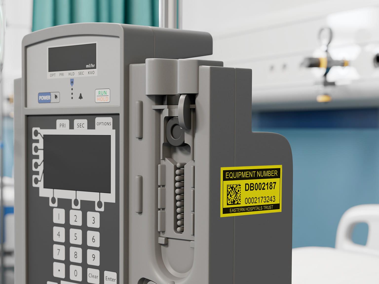 štítok Brother P-touch čierna na žltej na medicínskom zariadení