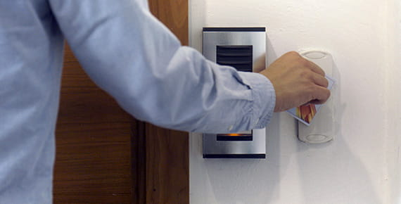 moški odpira vrata z ID-kartico