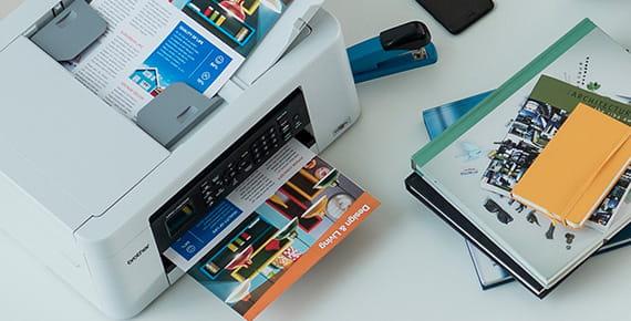 Tiskalnik na mizi tiska barvni dokument