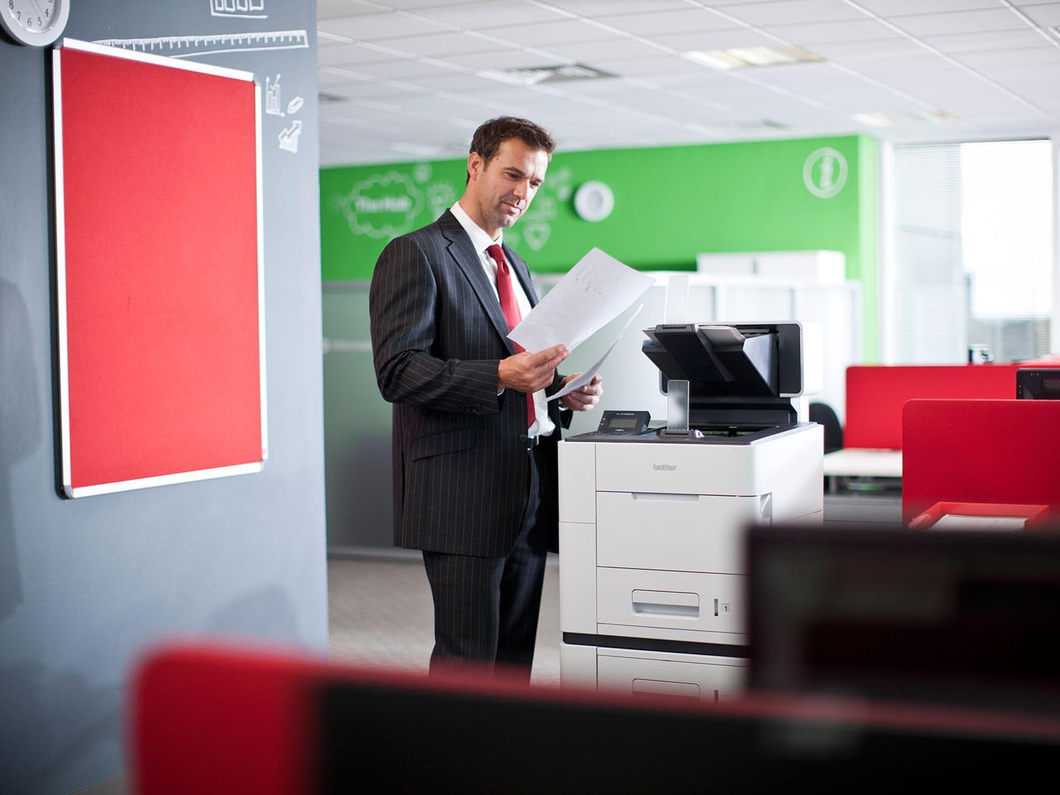 Muž v kancelárii pri kopírke