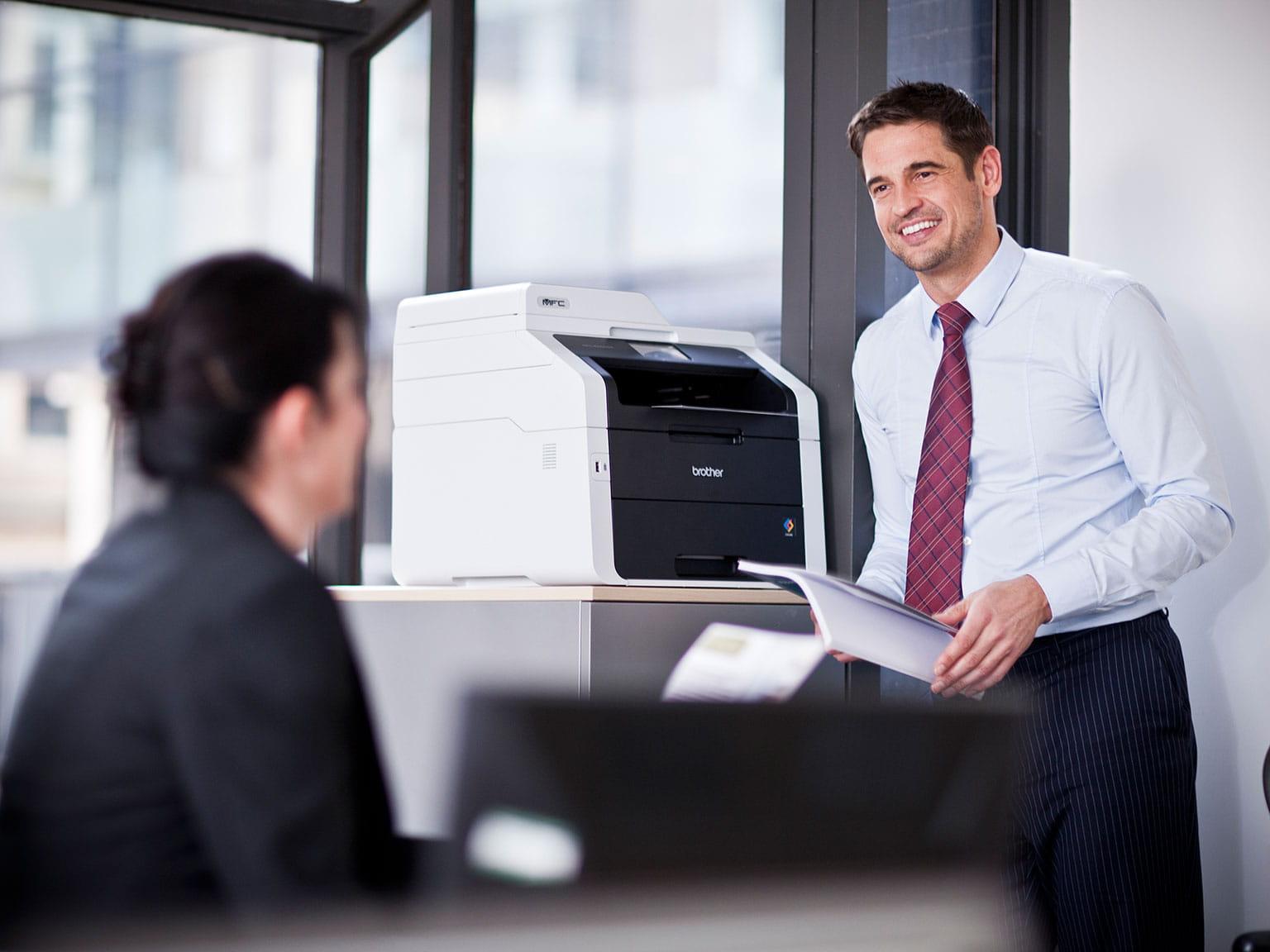 Muž pri tlačiarni v kancelárii