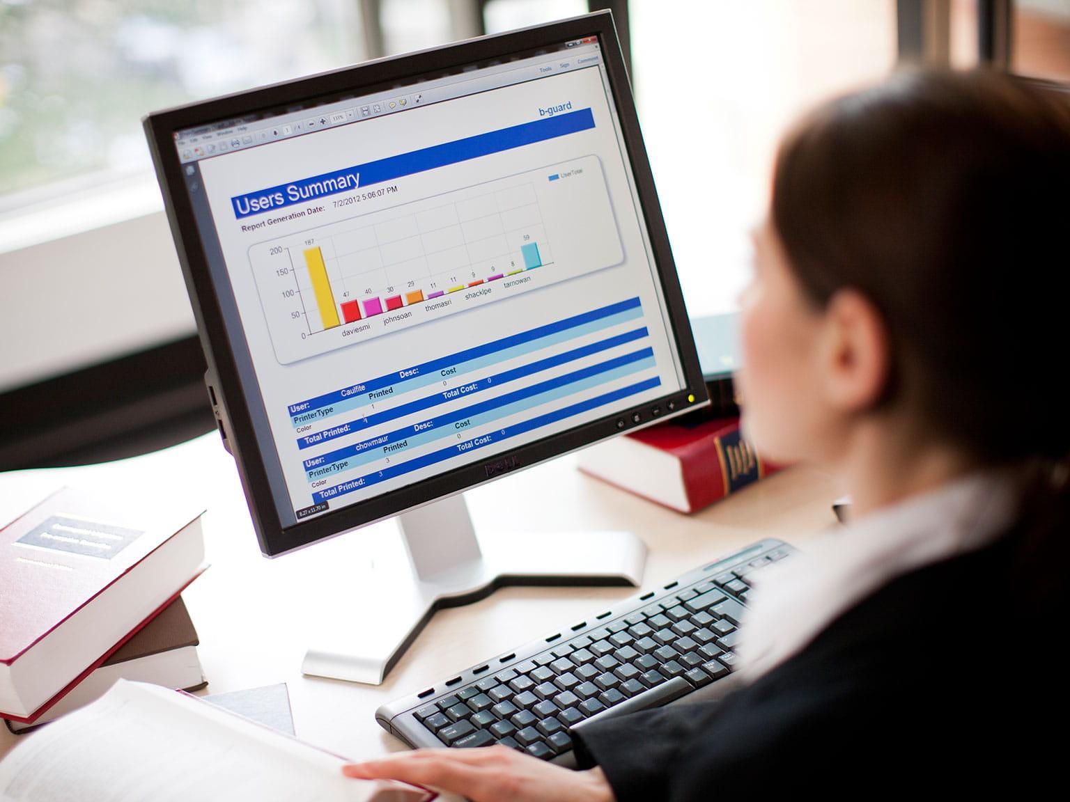 Žena v kancelárii pracuje s počítačom