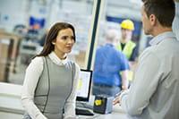 Pracovníčka so zákazníkom